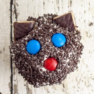Black Cat Cupcakes Tutorial - Black Cat Cupcakes make a fun and easy non-spooky Halloween treat for kids! They're easy enough that anyone can make them! Fun project for kids to help with! Fun, quick and easy Halloween treats for kids!