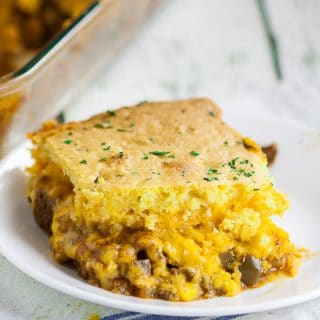 Cornbread Taco Casserole Recipe -Quick and easy Cornbread Taco Casserole is perfect for the busy family. Cheesy taco topped with warm cornbread that can all be prepped in just 15 minutes! Quick and easy casserole recipe that's perfect for potlucks or an easy dinner recipe! So cheesy!